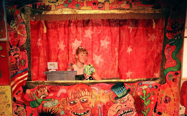 Allison Moore dans le décor de la pièce La vengeance de Popol