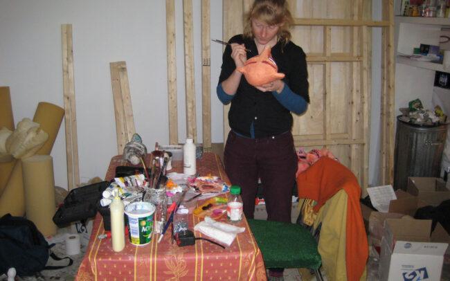 Allison peignant une tête de marionnette (2008)